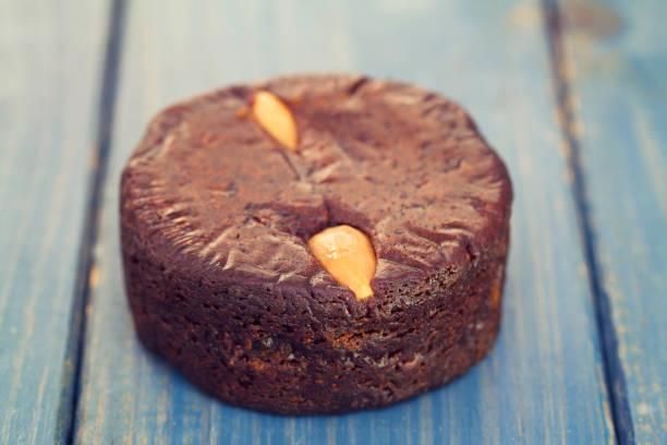 honigkuchen der insel madeira - portugiesische desserts stock-fotos und bilder