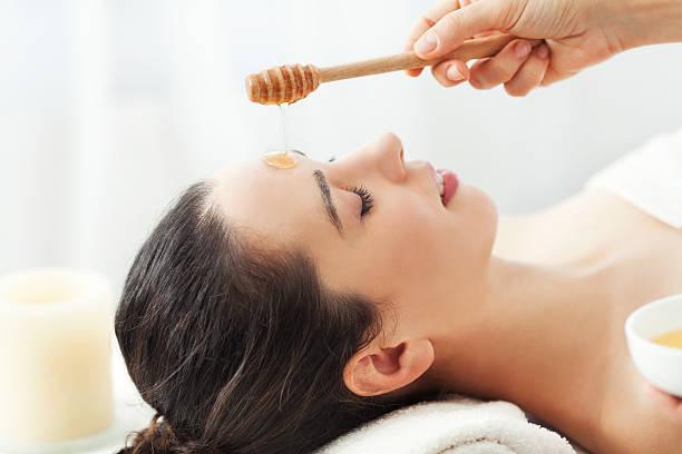 honey facial massage - bal stok fotoğraflar ve resimler
