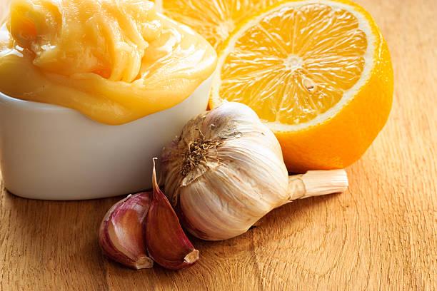 honey knoblauch und zitrone auf rustikalen tisch aus holz. - immunsystem stärken stock-fotos und bilder