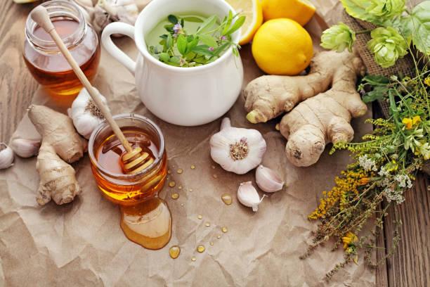 Honig, Knoblauch, Kräuter, Zitrone und Ingwer - Naturmedizin, gesunde Ernährung – Foto