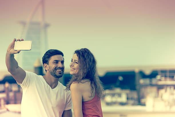 honey, get ready for a selfie - hochzeitsreise dubai stock-fotos und bilder