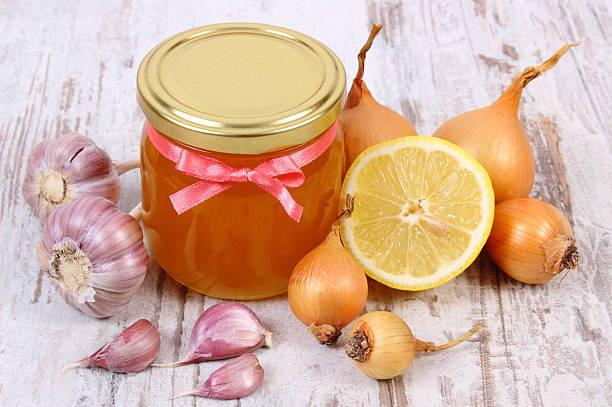 Honig Krug in Glas, Zwiebeln, Zitrone und Knoblauch, gesunde Ernährung – Foto