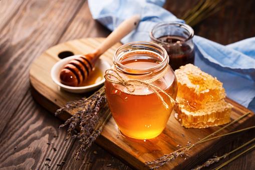 Honey In Jar And Bunch Of Dry Lavender - Fotografias de stock e mais imagens de Amarelo