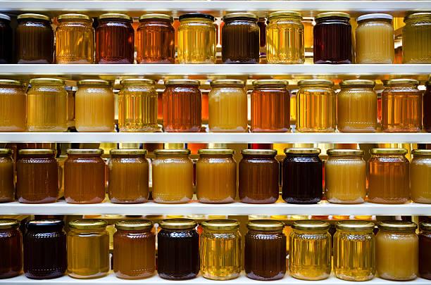 miel pots sur une étagère - miel photos et images de collection