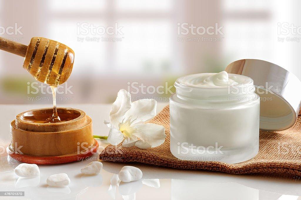 Miel crema hidratante con fondo windows Vista de frente - foto de stock