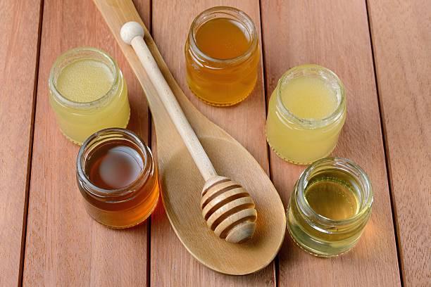 honey verschiedener substanzen in der krüge - kastanienhonig stock-fotos und bilder