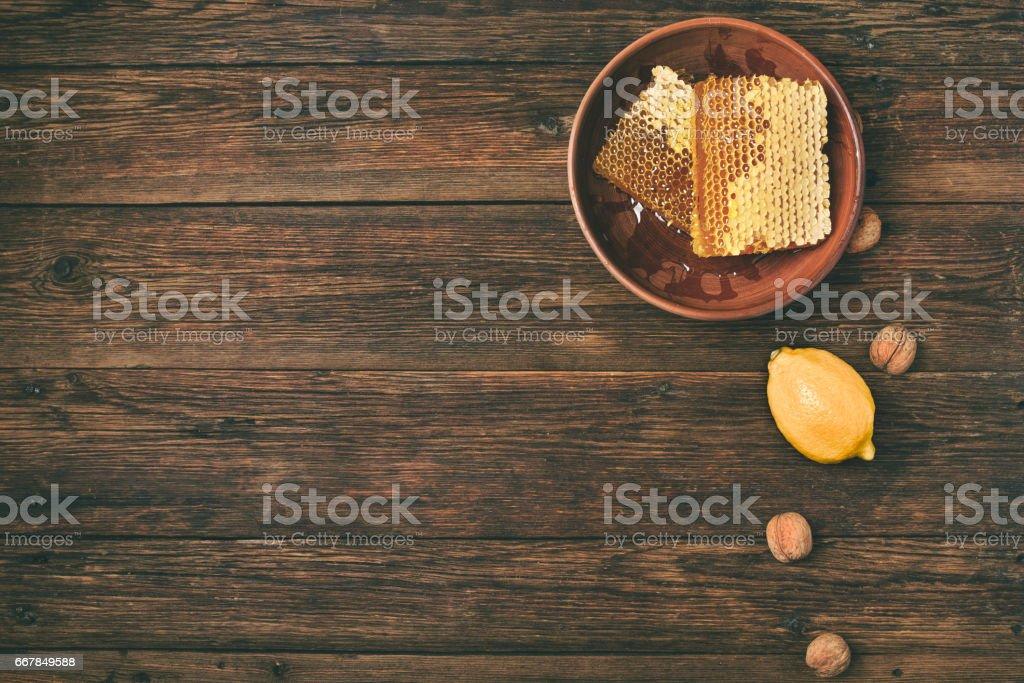 görünümünün üzerinde ahşap bir masa üzerinde tatlım stok fotoğrafı