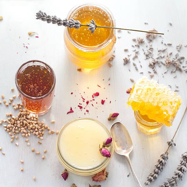 honey auswahl, honeycomb in einem glas jar. - wachsblume stock-fotos und bilder