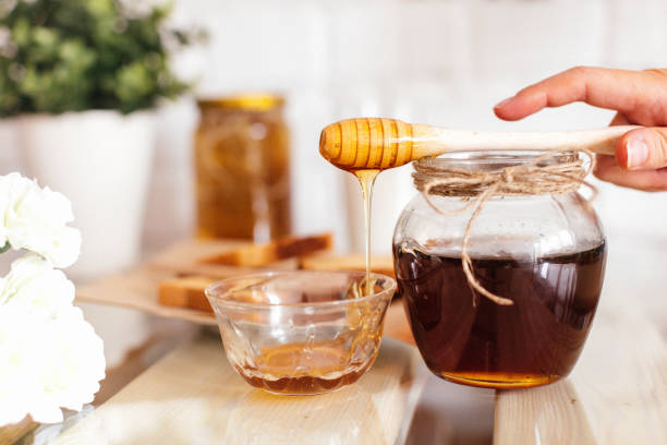 honey with honeycombs in a jar - miele foto e immagini stock