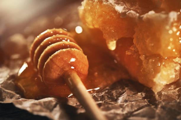 Honigwabe und Bambusdipper auf Holztisch – Foto