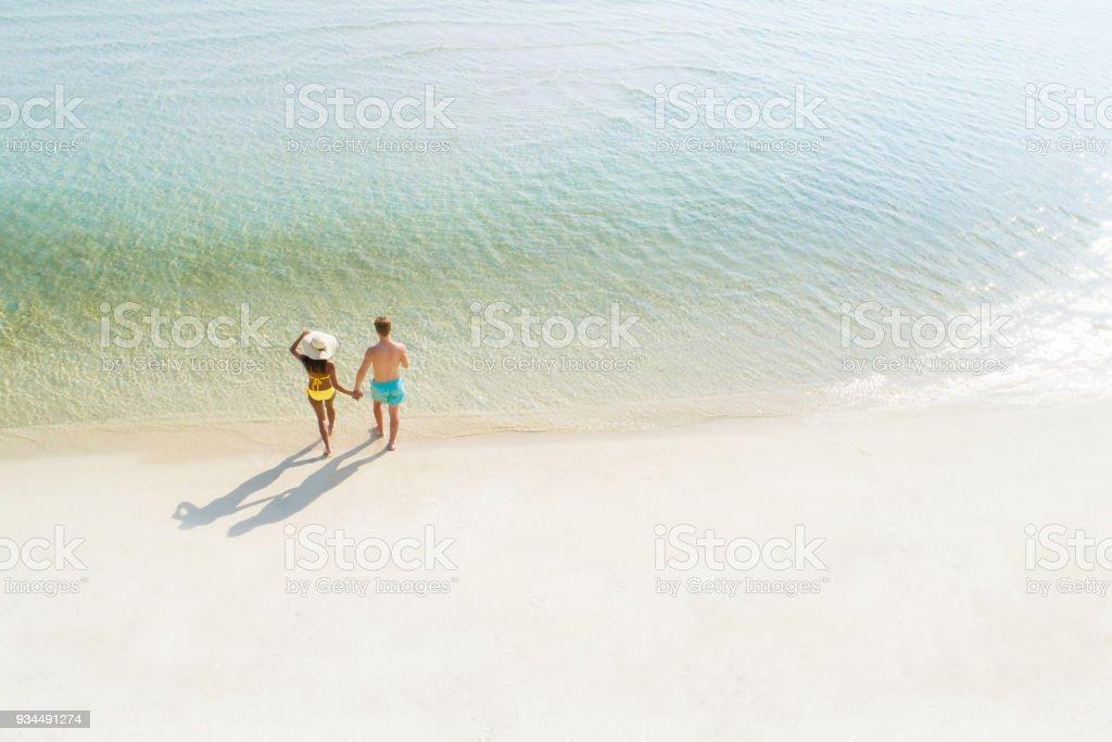 Paar in den Flitterwochen an Hand zu Fuß auf schönen weißen Sandstrand im Sommer – Foto