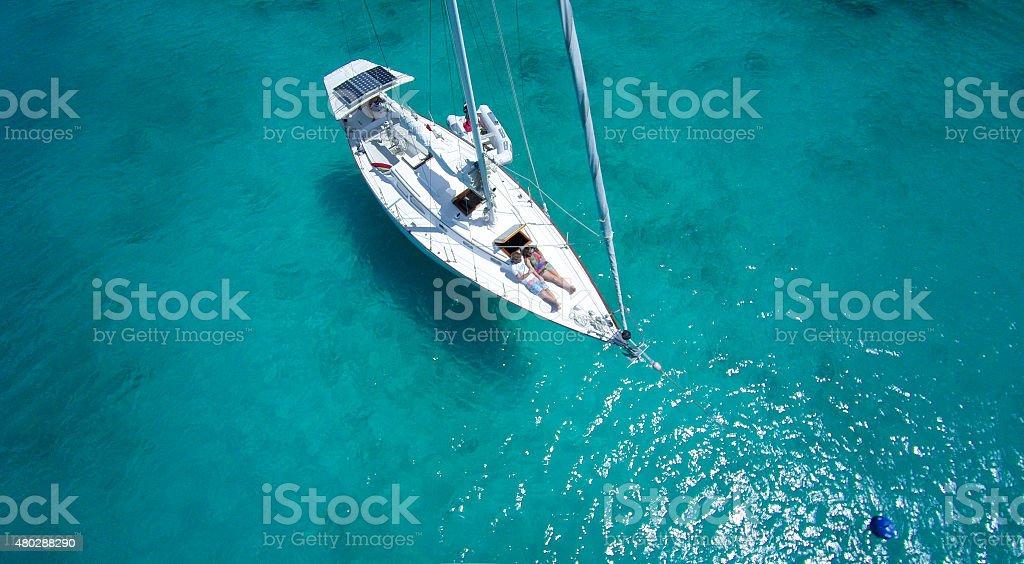 Медовый месяц для супружеской пары расслабляющий на парусной лодке в Карибском бассейне стоковое фото