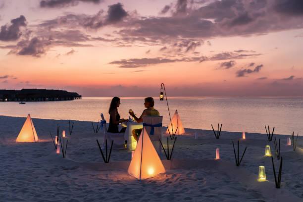 conceito de viagem de lua de mel numa praia tropical - soldado raso - fotografias e filmes do acervo
