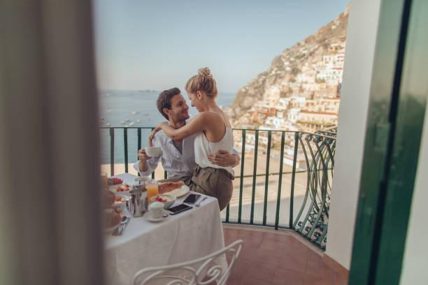 honeymooners in italy - viaggio di nozze foto e immagini stock