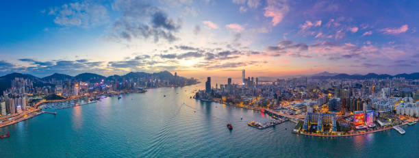 hong kong-5 dec 2018: kväll i victoria harbour, hong kong - hongkong bildbanksfoton och bilder