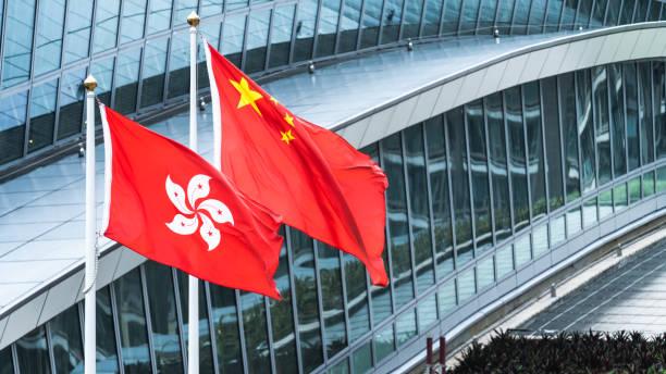nationella flaggor från hongkong och kinas fastland står tillsammans med kopierings utrymmet. nation symbol, länder politisk konflikt koncept - hongkong bildbanksfoton och bilder