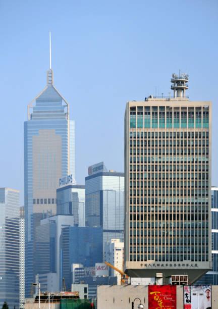 hong kong - central plaza tornet och folkets befrielsearmé byggnad (tidigare prince of wales-byggnaden) - chinese military bildbanksfoton och bilder