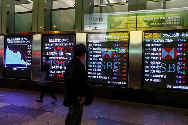 hong kong stock market diagrammen anzeigen - hang seng index stock-fotos und bilder