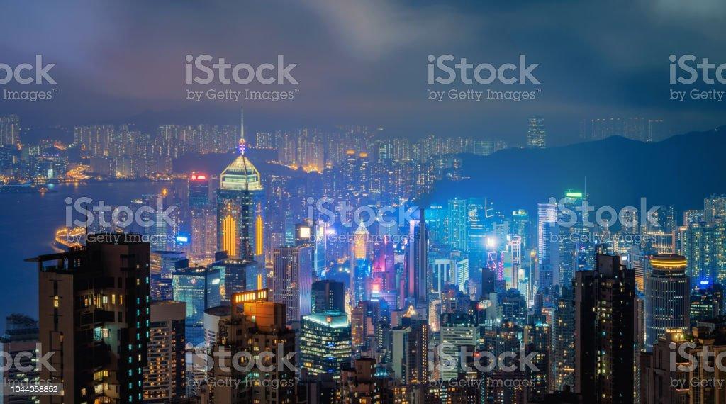 Hong Kong centro y puerto de Victoria. Distrito financiero de ciudad inteligente. Rascacielos y altos edificios. Vista aérea en la noche. - Foto de stock de Aire libre libre de derechos