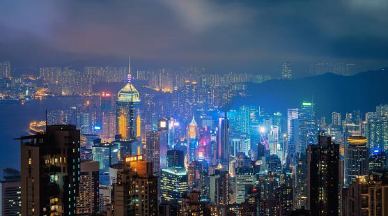 Hong Kong Centro Y Puerto De Victoria Distrito Financiero De Ciudad Inteligente Rascacielos Y Altos Edificios Vista Aérea En La Noche Foto de stock y más banco de imágenes de Aire libre