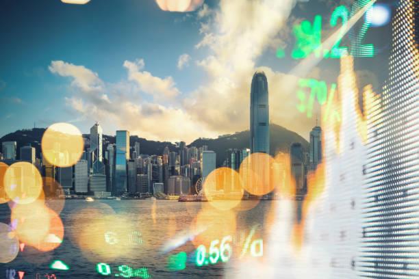 finanzauszeigebrett hongkongs und hintergründe für das stadtbild in hongkong - hang seng index stock-fotos und bilder