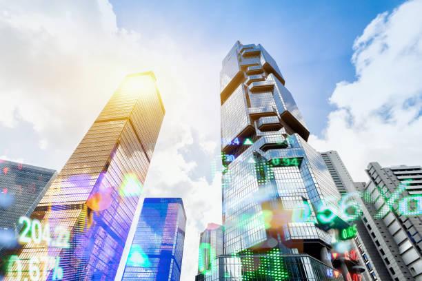 hong kong finanzielle anzeigetafel und hong kong stadtbild hintergrund - hang seng index stock-fotos und bilder