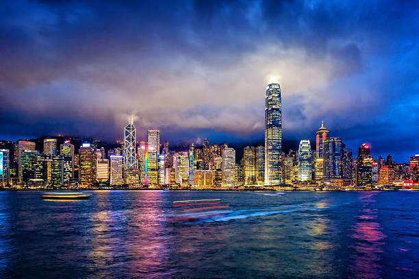 distrito financiero de hong kong en el crepúsculo - hong kong fotografías e imágenes de stock