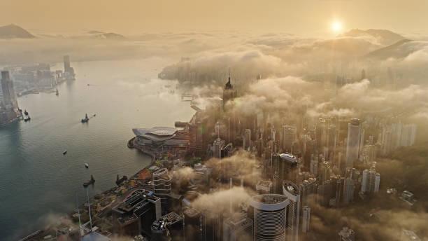hong kong von luft bei sonnenaufgang - kowloon stock-fotos und bilder