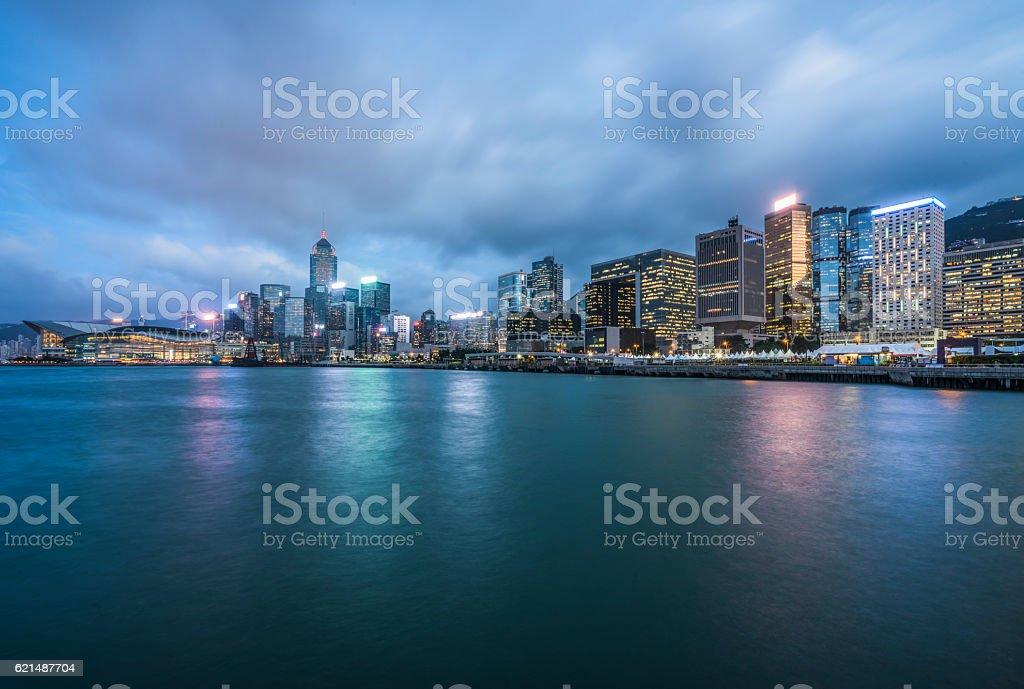 Hafen von Hongkong bei Dämmerung Lizenzfreies stock-foto