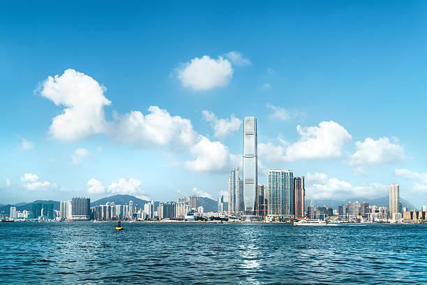 hong kong skyline, view to icc - kowloon stock-fotos und bilder