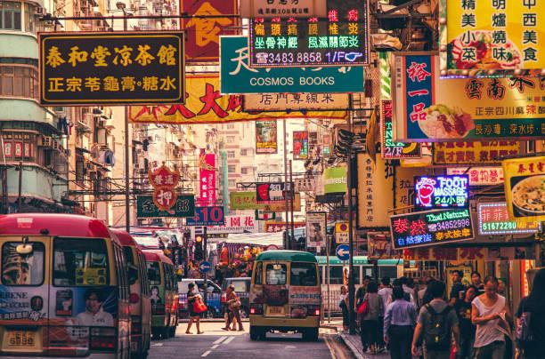 scena di hong kong street, distretto di mongkok con autobus - mercato luogo per il commercio foto e immagini stock