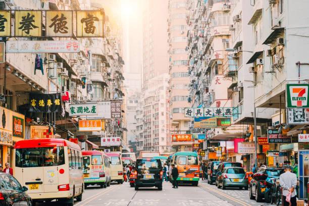 scena di hong kong street, distretto di mongkok con traffico - mercato luogo per il commercio foto e immagini stock