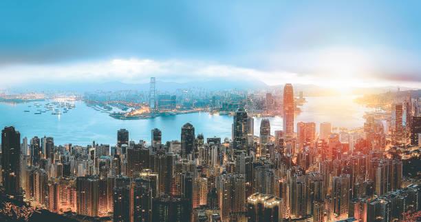 hong kong victoria harbor in sonnenuntergang - kowloon stock-fotos und bilder