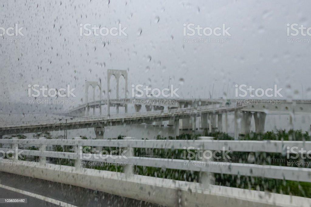 Hongkong - Zhuhai - Macao-Brücke auf einem nassen, regnerisch, grau, morgen, aus Macau; Querformat. Kopieren Sie Raum. Keine Menschen – Foto