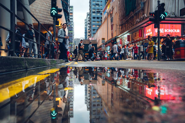 hong kong straßen mit reflexion - kowloon stock-fotos und bilder