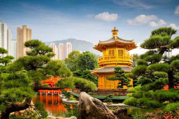 hongkong temple pavilion of absolute perfection in the nan lian garden with river, hong kong - lian empty imagens e fotografias de stock