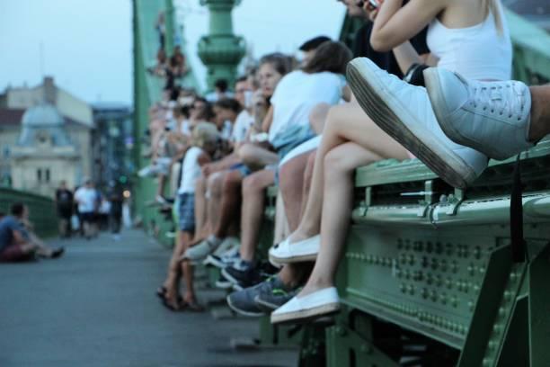 hongrie - budapest - personnes sur le pont de la liberté hongrie - budapest - personnes sur le pont de la liberté liberty bridge budapest stock pictures, royalty-free photos & images