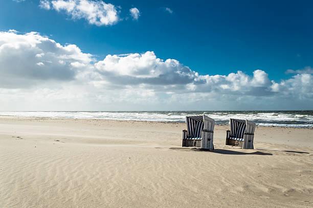 hooded beach liegestühle - sylt urlaub stock-fotos und bilder