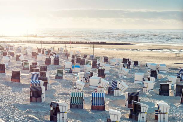 hooded beach liegestühle - wellness ostsee stock-fotos und bilder