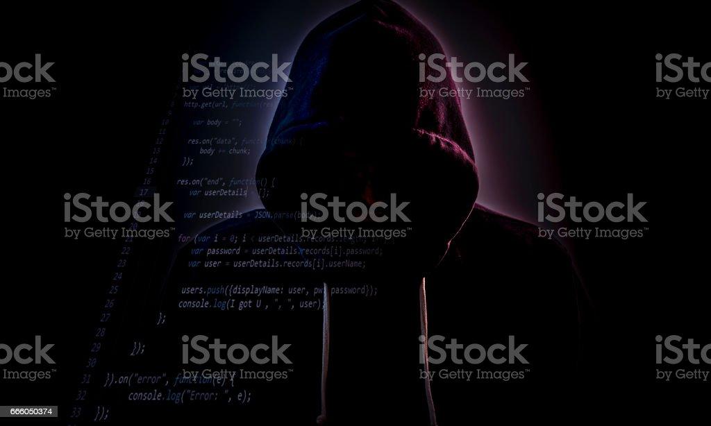 Mit Kapuze Hacker in Dunkelheit mit code – Foto
