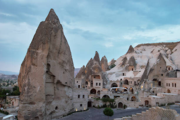 hoodoo rocks in goreme town in cappadocië, turkije - aardpiramide stockfoto's en -beelden