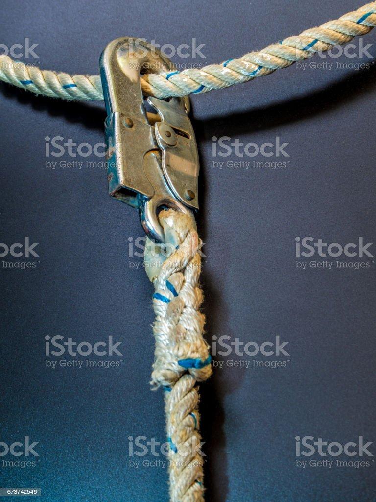 Corde d'équipement de sécurité et crochet accrochent sur corde photo libre de droits