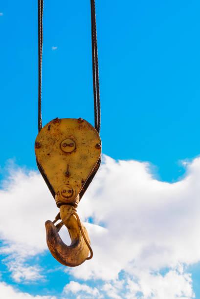 Haken des gelbe Krans auf dem Hintergrund der sonnigen blauen Himmel. Industrieerfahrung. – Foto