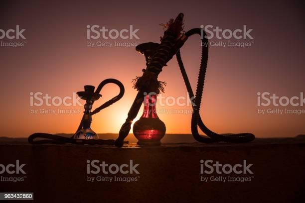 Fajka Wodna Tradycyjna Arabska Fajka Wodna Bezpośrednie Światło Zachodu Słońca Zdjęcie Na Świeżym Powietrzu Górskie Tło Lub Sylwetki Fajki Wodnej Na Tle Zachodu Słońca Odkryty - zdjęcia stockowe i więcej obrazów Arabia