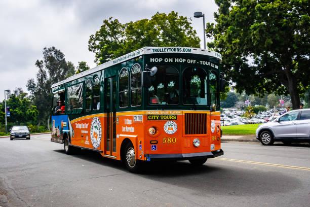 hop on/hop off troleybüs san diego bir şehir turu insanlar alarak - sefer tarifesi stok fotoğraflar ve resimler