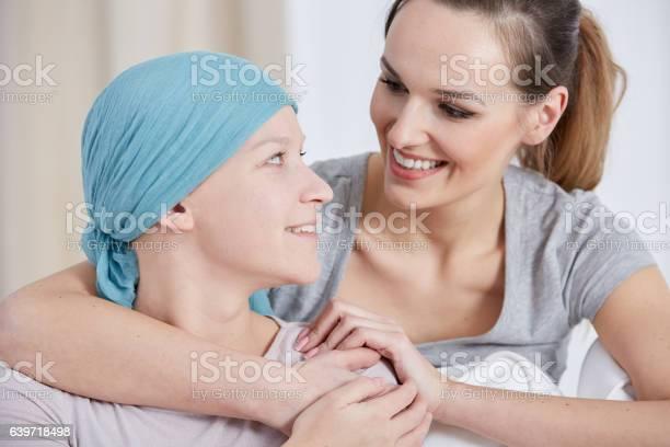 Hopeful Cancer Woman With Friend Stockfoto und mehr Bilder von Beleuchtet