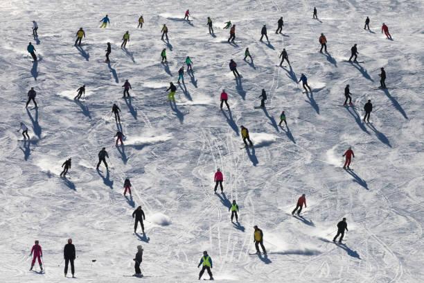 hopeloos drukke skipiste-toeristische drukte in de alpen - skipiste stockfoto's en -beelden