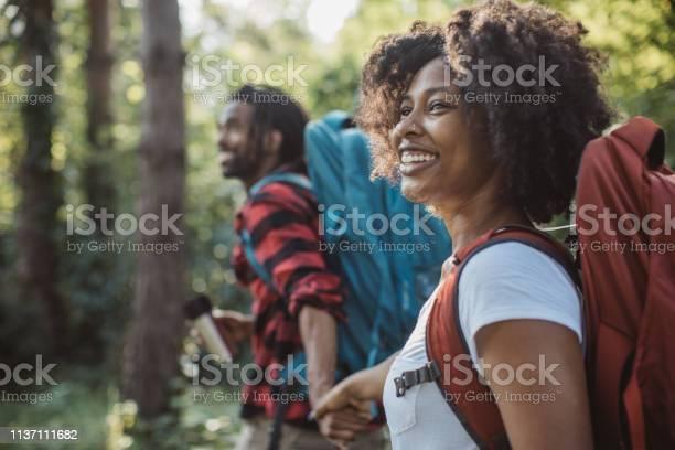 Hor Drinken Op Forest Walk Stockfoto en meer beelden van 20-29 jaar