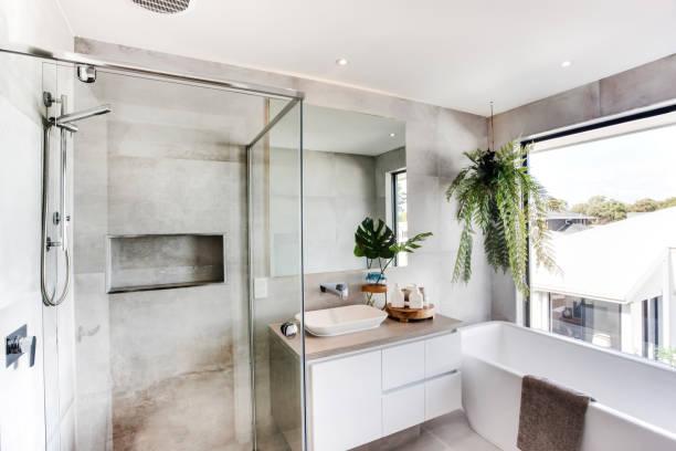 Horizontales Foto einer modernen Dusche mit grauen Fliesen – Foto