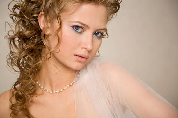 horizontale porträt der braut xl - hochzeitskleid xl stock-fotos und bilder